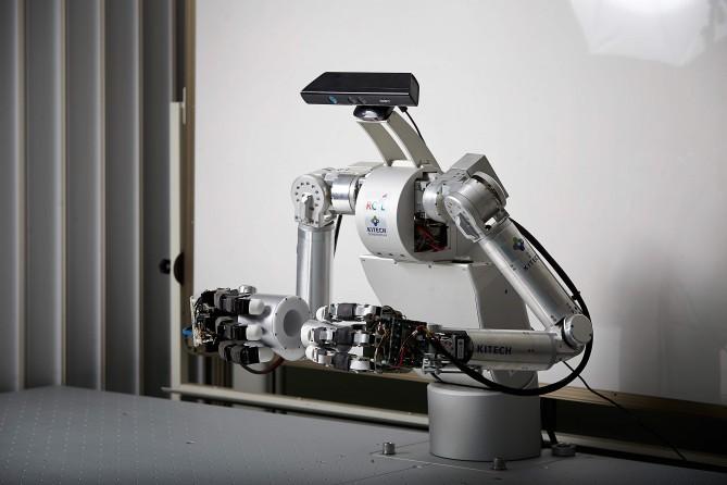 한국생산기술연구원이 개발한 양팔 로봇. 사람처럼 두 손을 이용해 각종 기계부품을 조립할 수 있다. - 한국생산기술연구원 제공